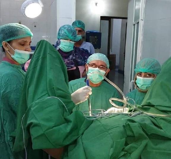 Le docteur Zouhair Lahna lors d'une intervention chirurgicale au Yémen. / Ph. DR