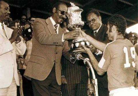 Ahmed Faras recevant la Coupe d'Afrique des Nations en 1976. / Ph. DR
