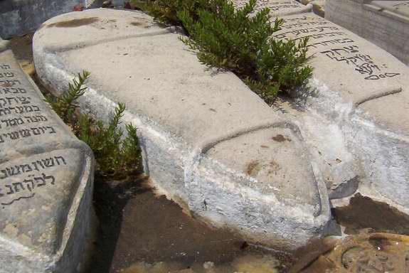 La tombe de Rabbi Isthak Ben Walid au cimetière juif à Tétouan. / Ph. DR