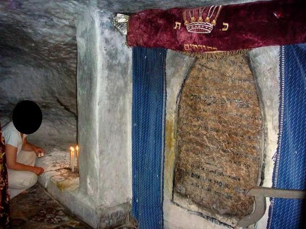 L'intérieur du mausolée et la tombe du tasdik. / Ph. DR