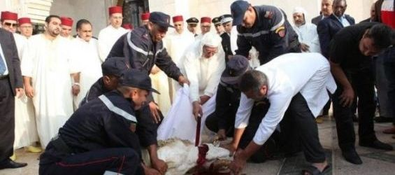Feu le roi Hassan II effectuant le sacrifice. / Ph. DR