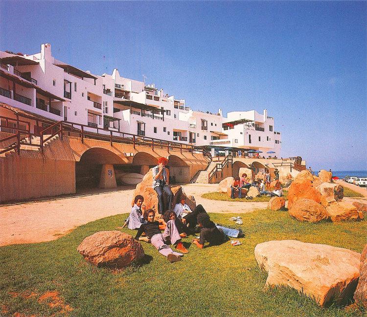 Le Village de vacances de Cabo Negro dans le nord du Maroc, conçu par Elie Azagury / Ph. Archnets