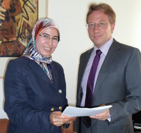 Remise du mémorandum par Nezha El Ouafi à un responsable de l'ambassade de France à Rabat / Ph. Nezha El Ouafi